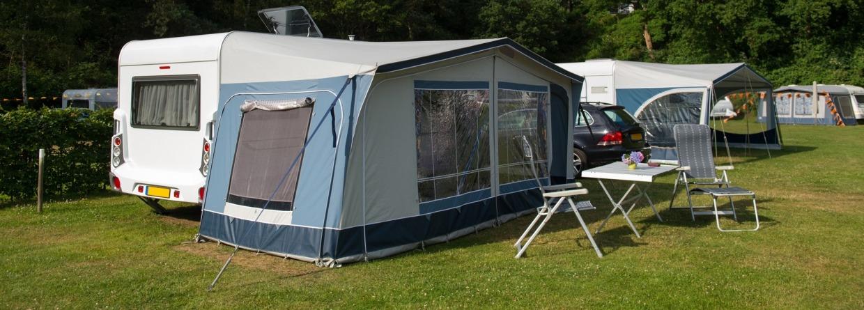 caravans die op een camping staan