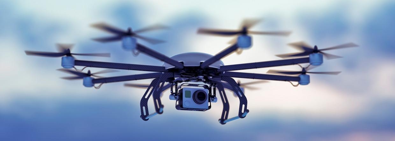 Drone vliegend in de wolken met ondergaande zon