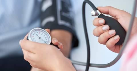 De bloeddruk wordt opgemeten