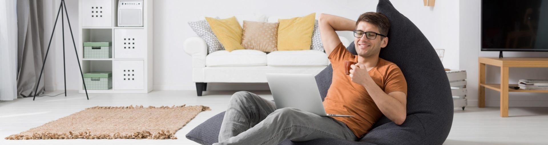 Man in stoel met laptop
